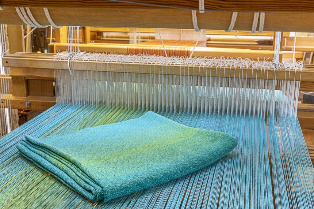 Handgewebte Decke am Webstuhl von Birgit Moll